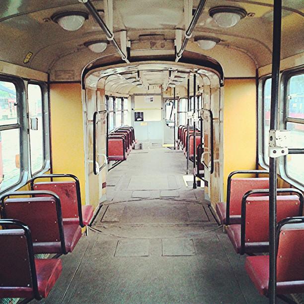 Wnętrze tramwaju 13N w zajezdni na Stroszku w Bytomiu