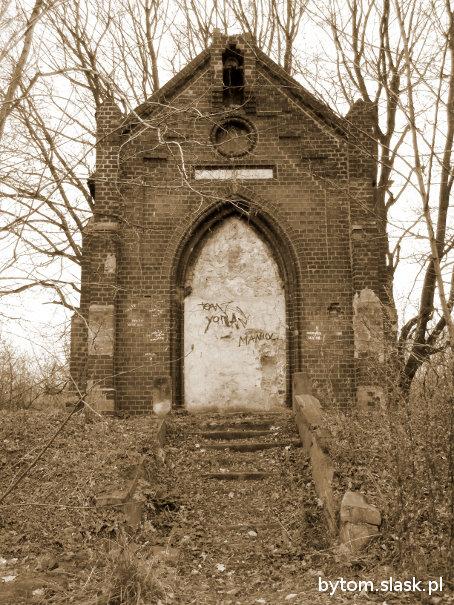 Front kapliczki i zniszczone schody