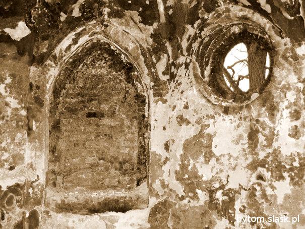 Zniszczone wnętrze kapliczki