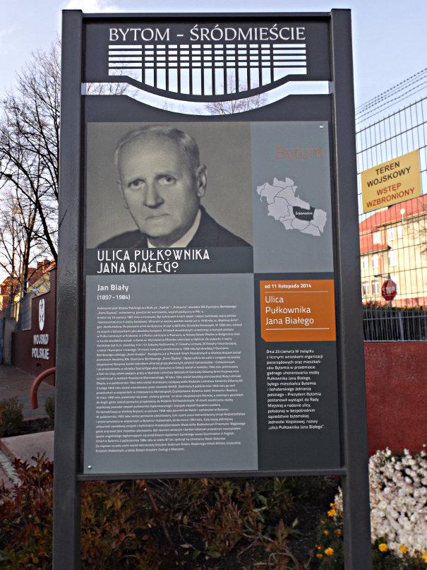 Pamiątkowa tablica znajdująca się przy ul. płk Jana Białego w Bytomiu