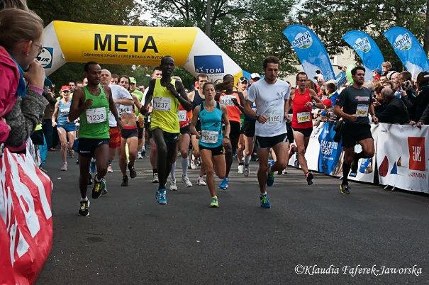 Biegacze rozpoczęli półmaraton